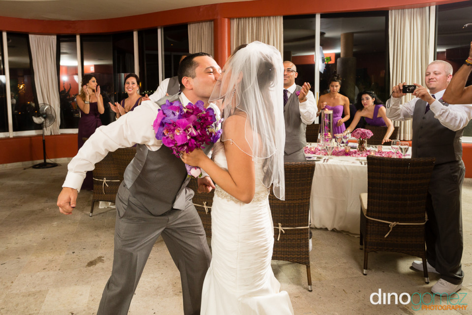 A Great Wedding Shot Of The Newlyweds Kissing By Photographer In Cancun Dino Gomez