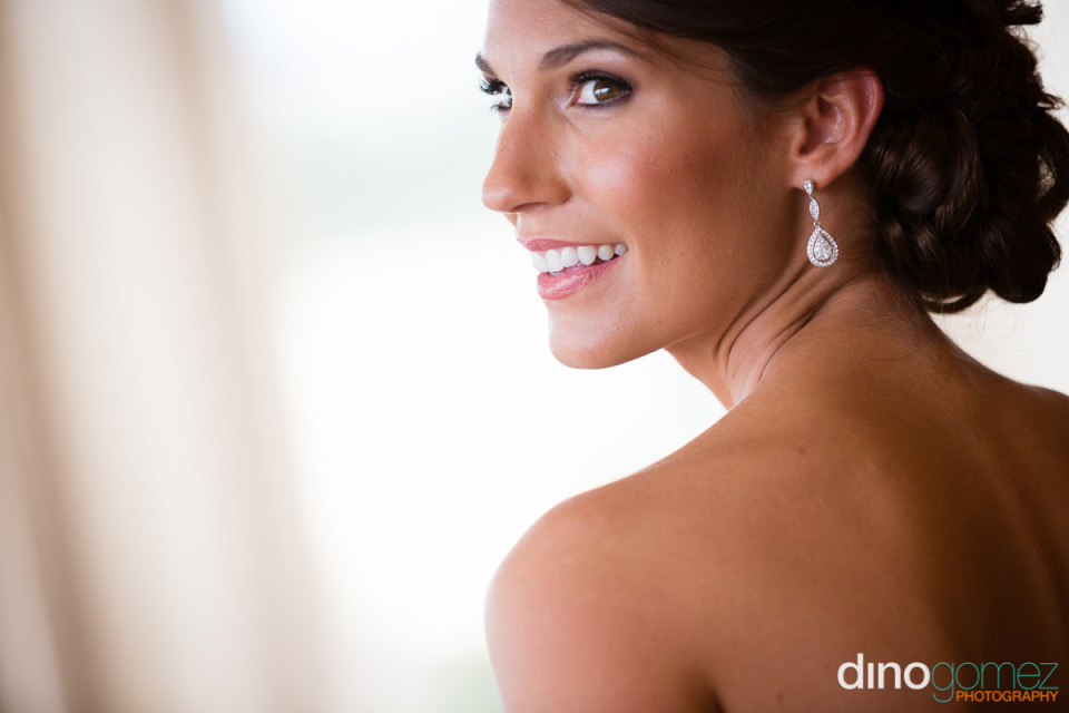 A shot of a beautiful bride with her head turned to the side by photographer in Playa del Carmen Dino Gomez