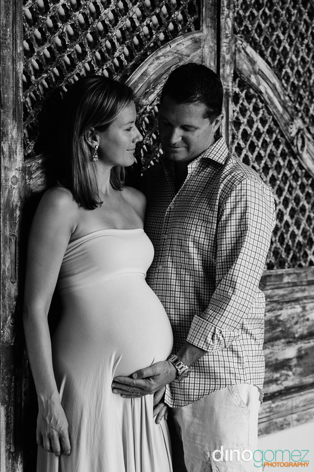 Romantic black and white shot of the expecting couple in Los Cabos