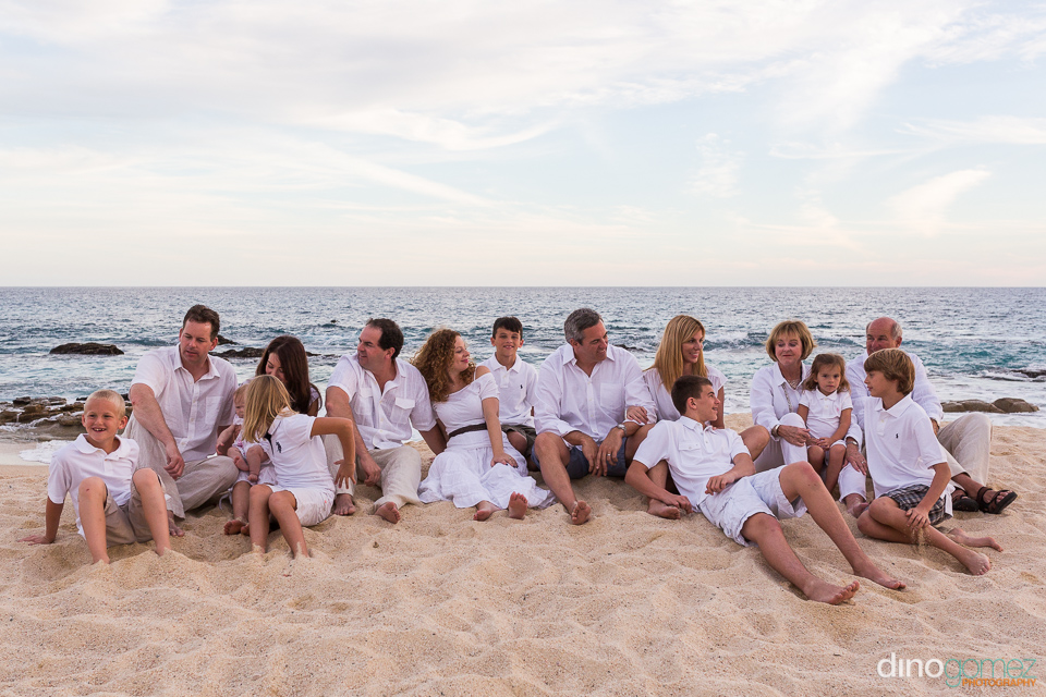 Casual and relaxed family portrait by photographer in Riviera Maya Dino Gomez