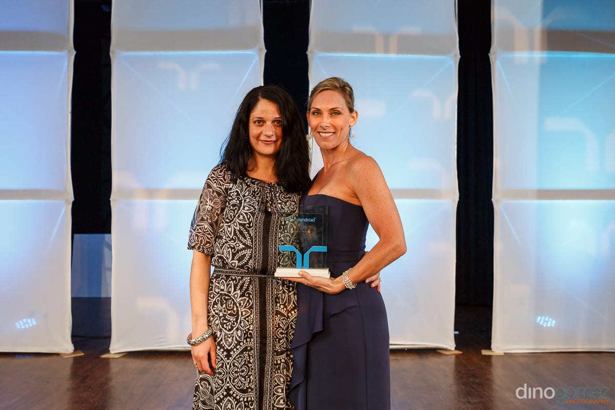 Two women holding an award at Randstad Cabo 2014 - Secrets Pue