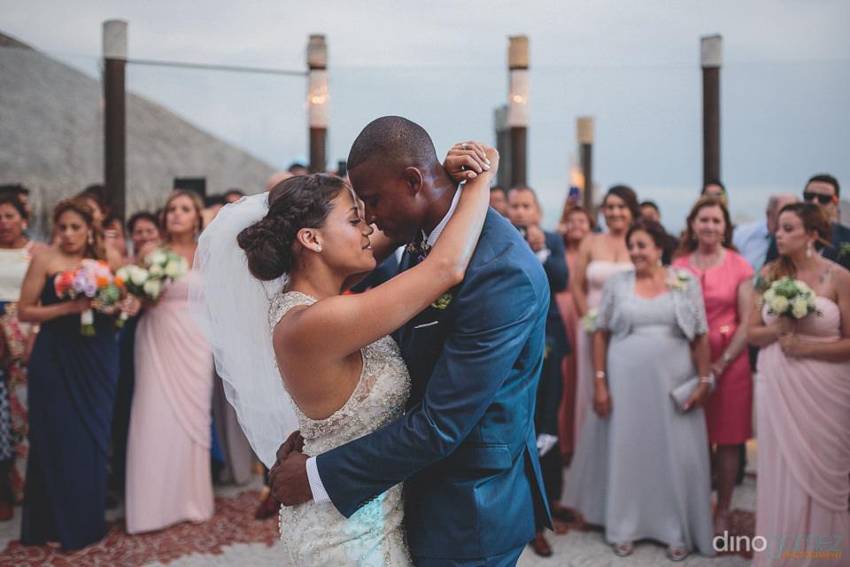 Bride and groom dance alone at Sunset da Mona Lisa