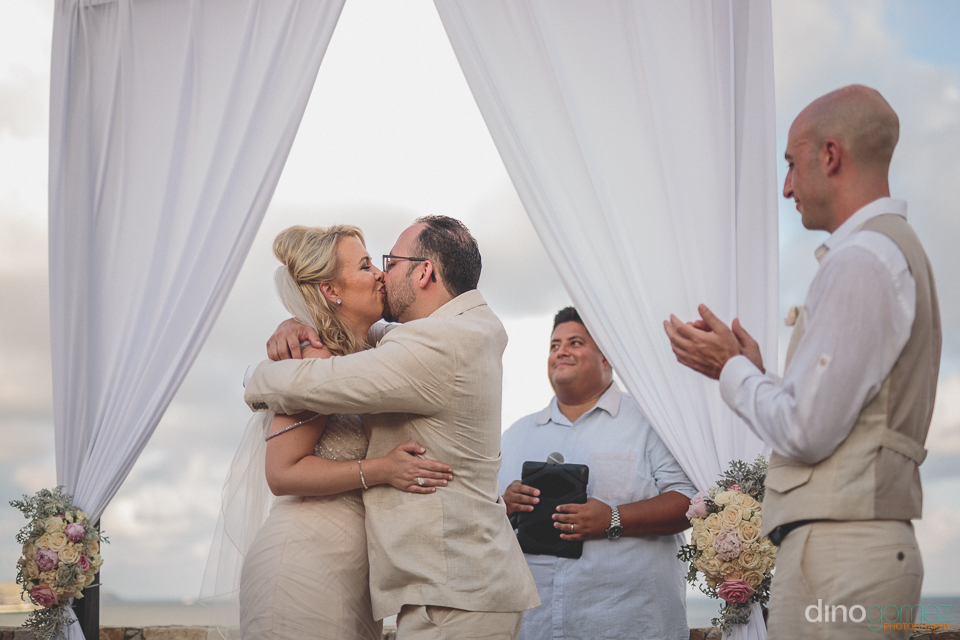 wedding kiss photo by wedding photographer dino gomez