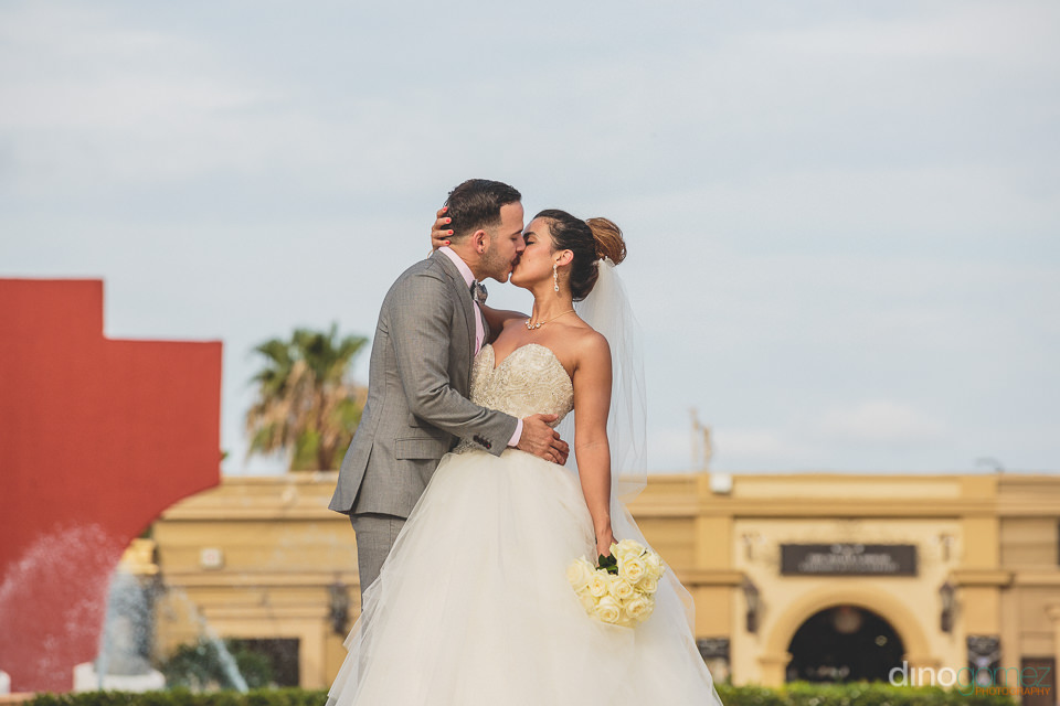san jose del cabo plaza wedding couple