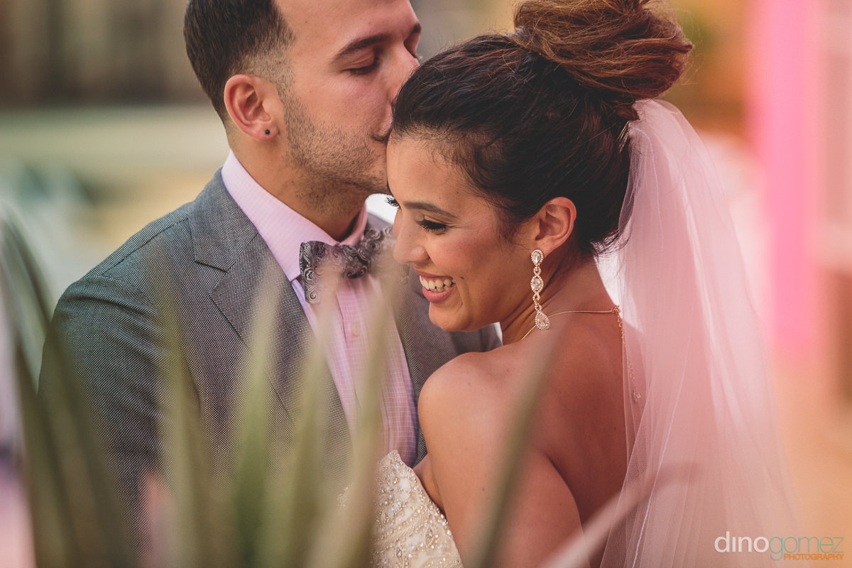 couple kiss at barcelo grand faro hotel and resort