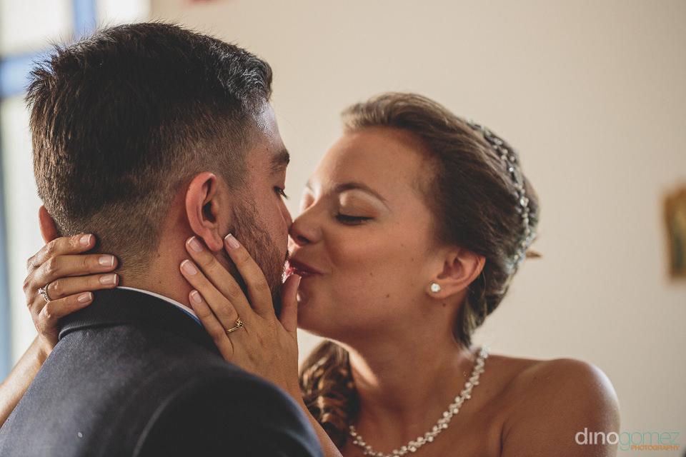 photographer dino gomez colombian newlyweds kiss