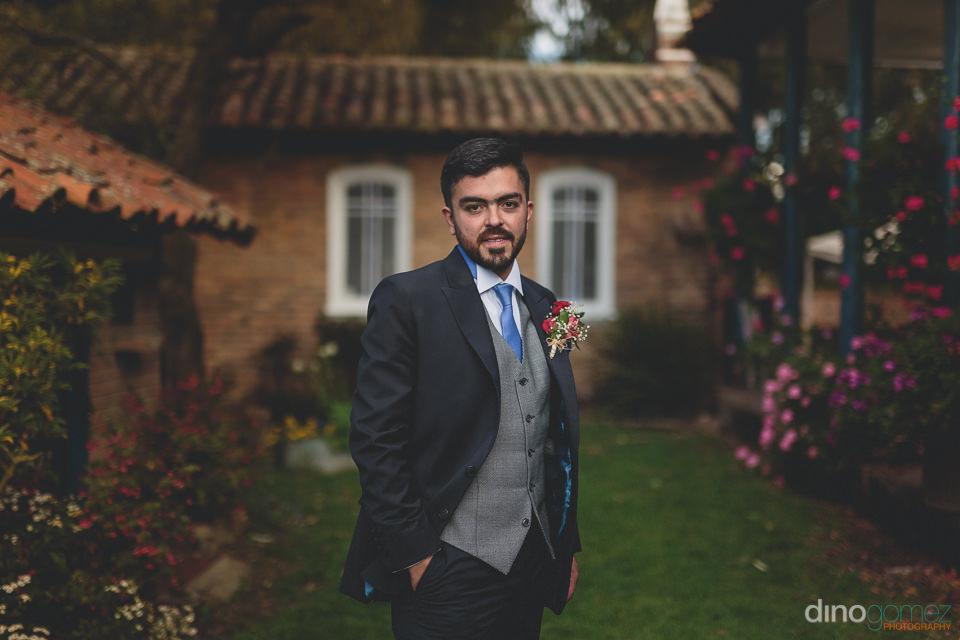 backyard wedding with stylish groom – photo by dino gomez