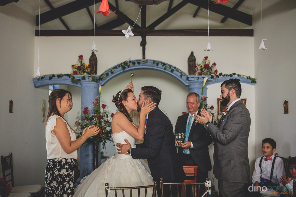 first kiss as husband and wife photographed by medellin photogra