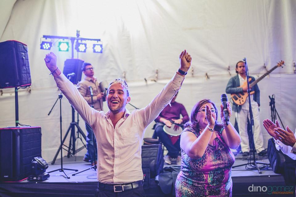 invitados celebran en la fiesta – fotografo de bodas dino gome