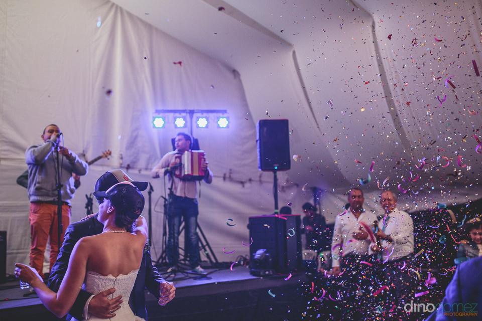 foto de dino gomez de la fiesta de la boda en colombia