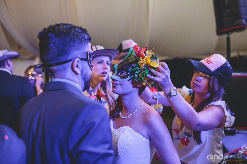 la novia lleva una máscara en la recepción de la boda