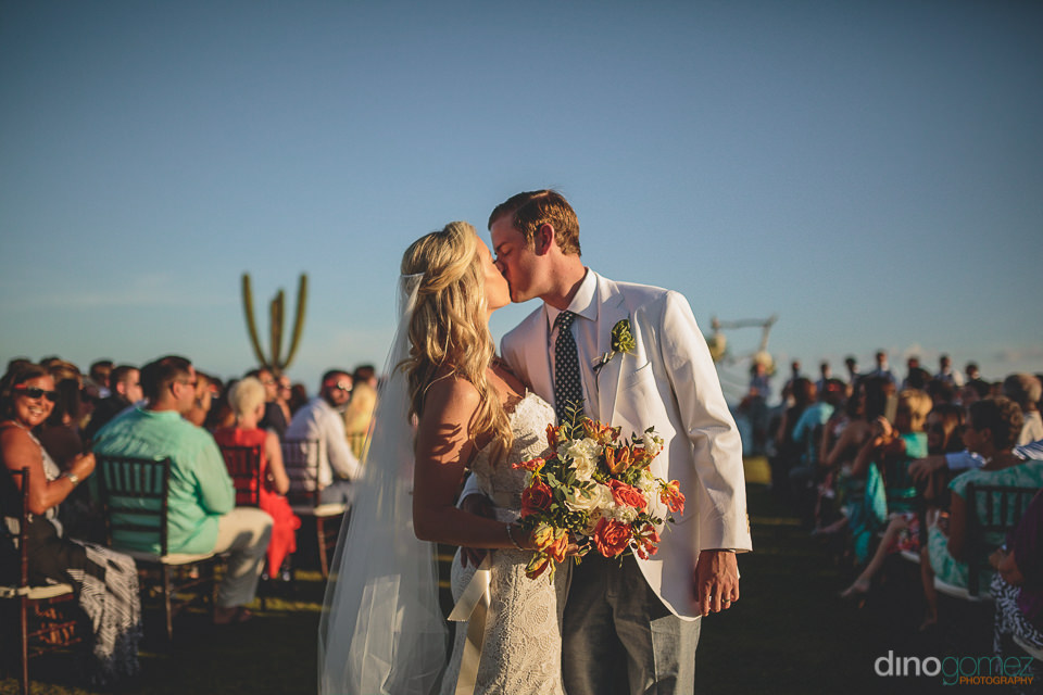 bride holds her elena damy bouquet at cabo san lucas wedding