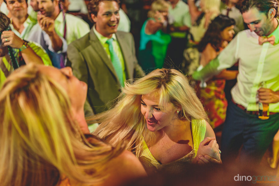 wedding guests dance to music by kilometro – dino gomez photog