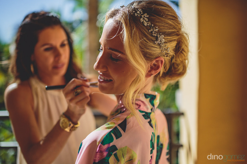 neysa berman doing the makeup of a bride photo by dino gomez