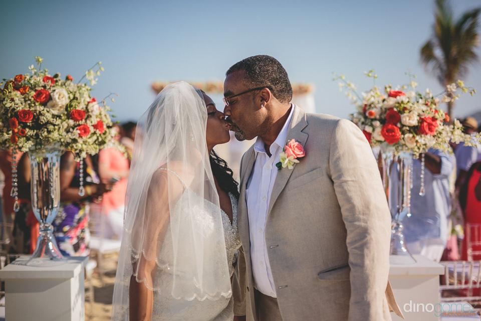 los cabos photographer dino gomez captures precious wedding mome