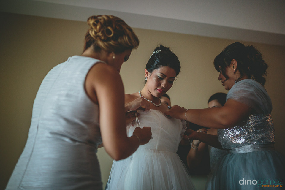 bride and bridesmaids before beach wedding in mexico photographe