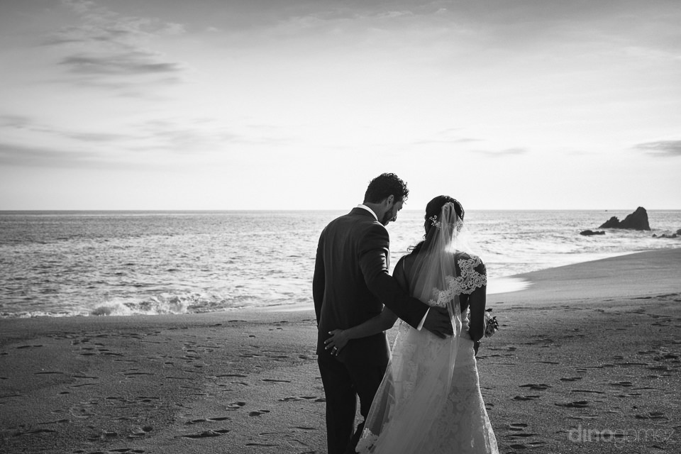 classy black and white wedding photography in mexico by dino gom