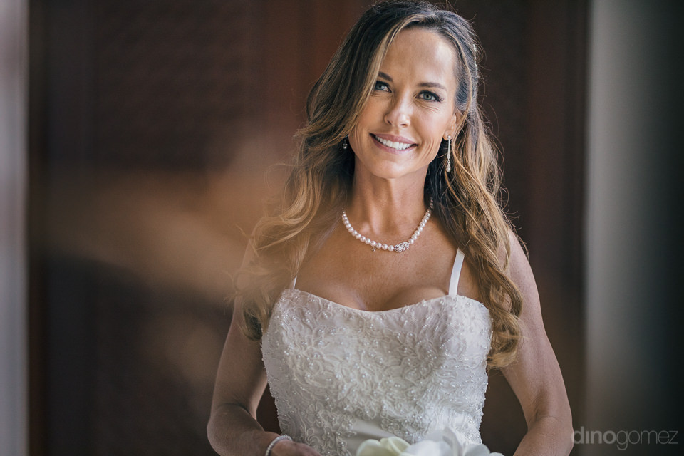 pretty bride in white dress in photo by mexico photographer dino