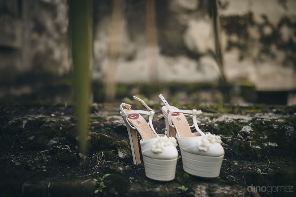 white bridal shoes worn by the bride photographed by mexico wedd