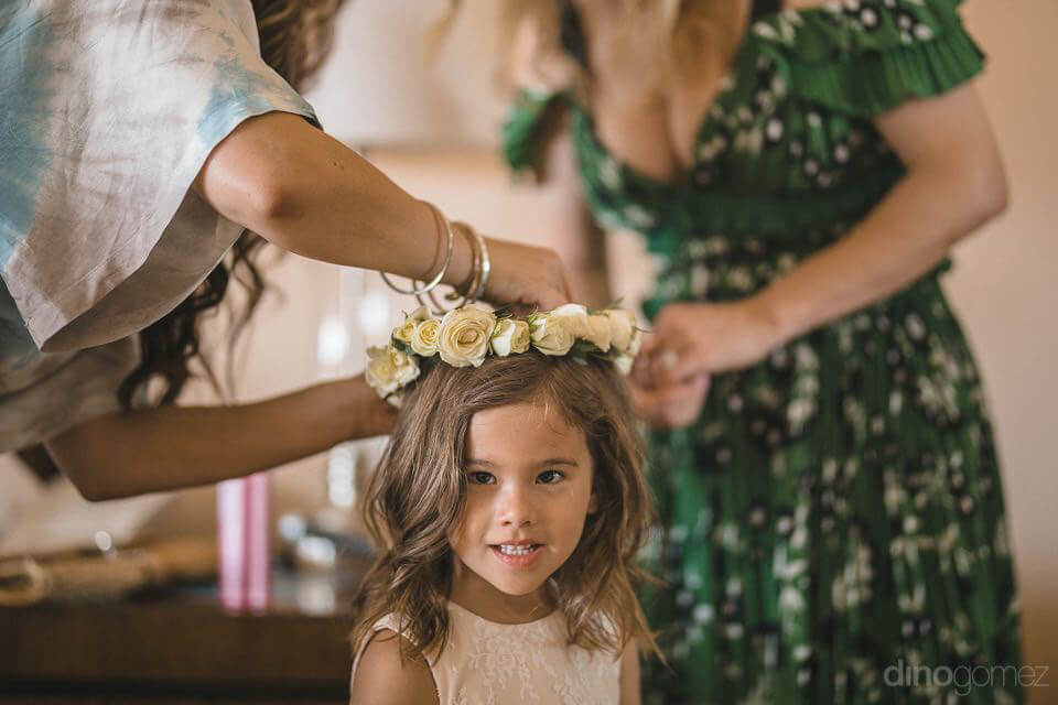 Flower girl putting the flower crown - Chiara & Jeremee