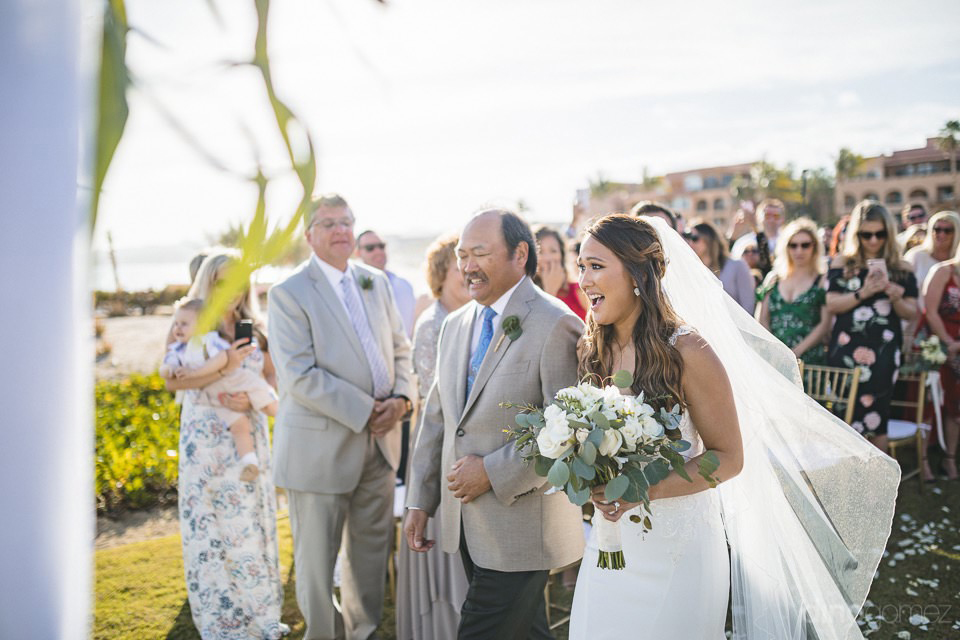 The bride and his dad walking - Chiara & Jeremee