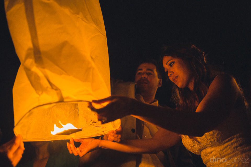 Bride preparing a wish lantern - Chiara & Jeremee