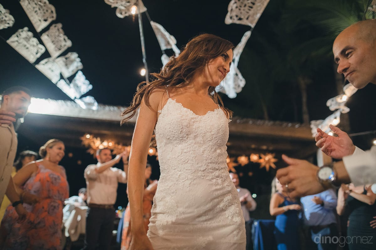 The bride is looking amazing while showing her dance moves at the receptionparty- Nikki and David