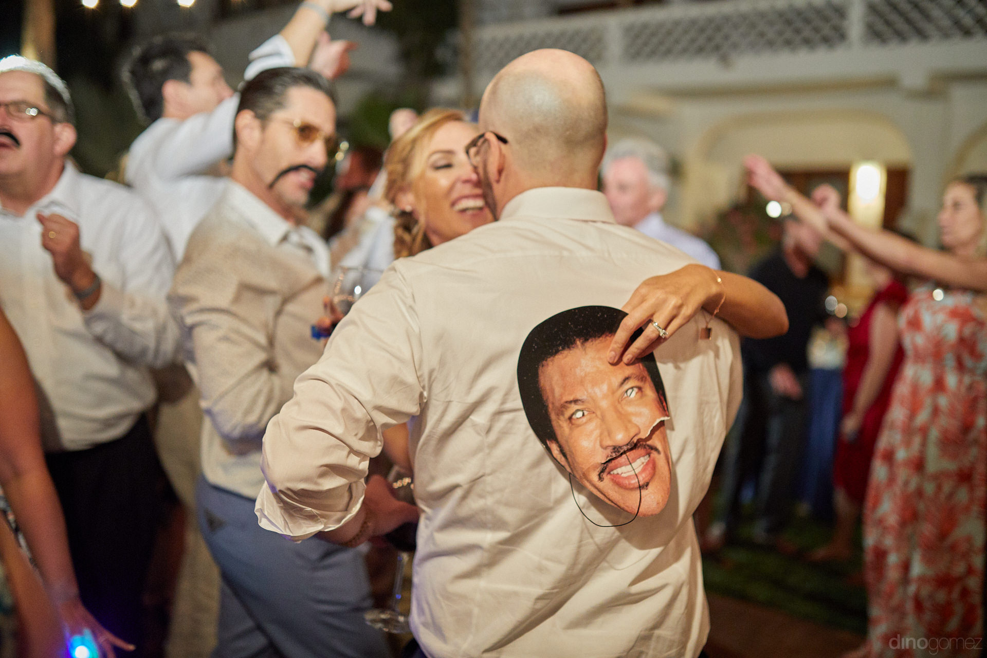 Wedding Photographers Cabo San Lucas Catched Lionel Richie Behind This Man